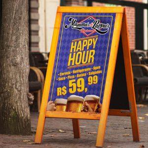 Placa com anuncio de Happy Hour Mammas & Pappas